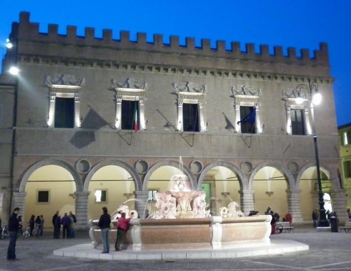 1280px palazzo ducale di sera