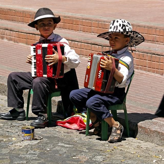 bambini suonano la fisarmonica