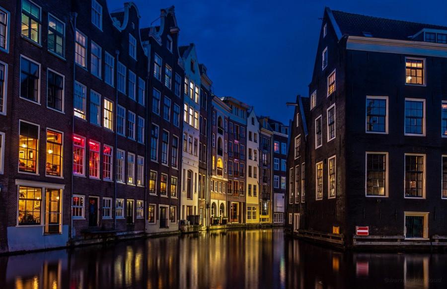 Prostituta dietro una vetrina ad Amsterdam