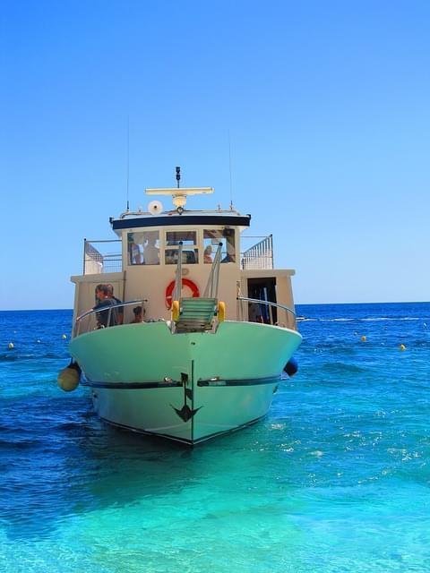 barca ormeggiata a cala mariolu