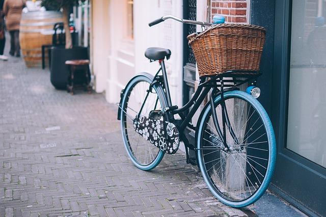 bicicletta bici parcheggiato