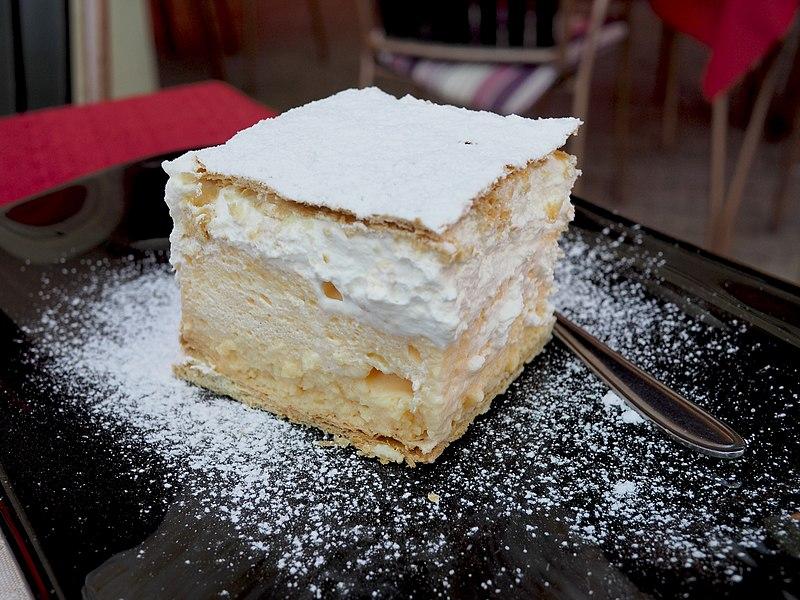 la deliziosa blejska kremsnita, nota anche come torta di bled