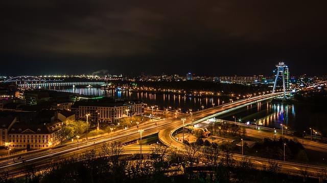 panorama bratislava illuminata di sera
