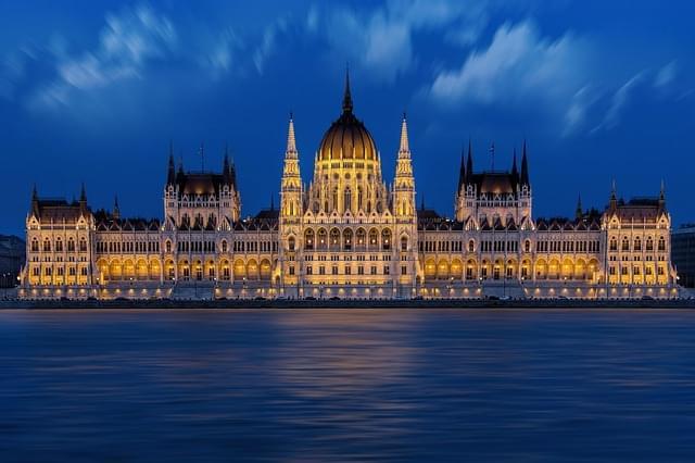 parlamento di budapest illuminato di sera