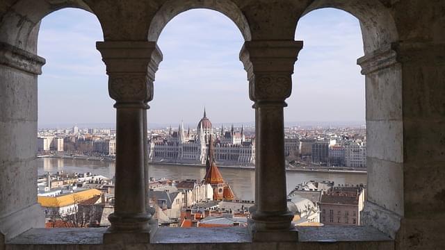 vista del parlamento di budapest da una trifora