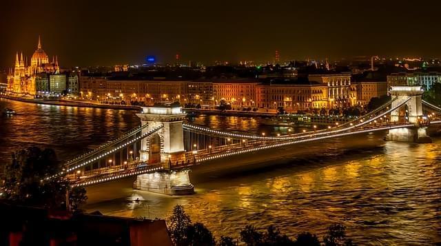 panorama di budapest illuminata di sera