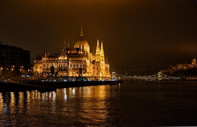 budapest danubio notte parlamento