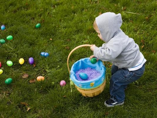 Bambino in cerca di uova pasquali