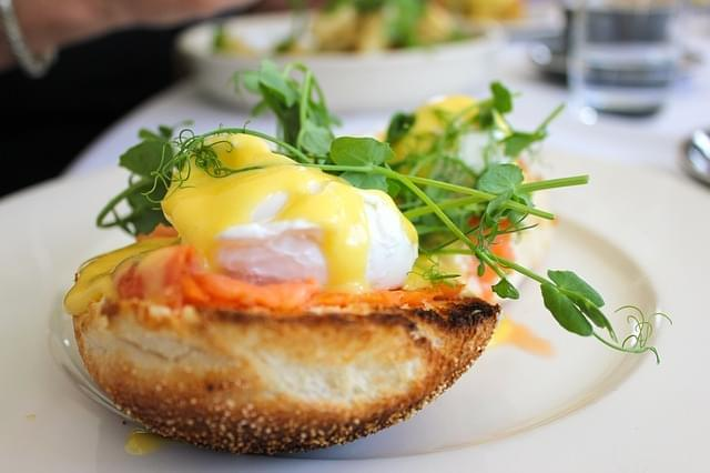 cafe brunch uova su pane tostato bacon