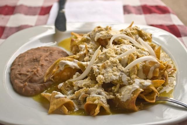 chilaquiles verdes con frijoles chinos
