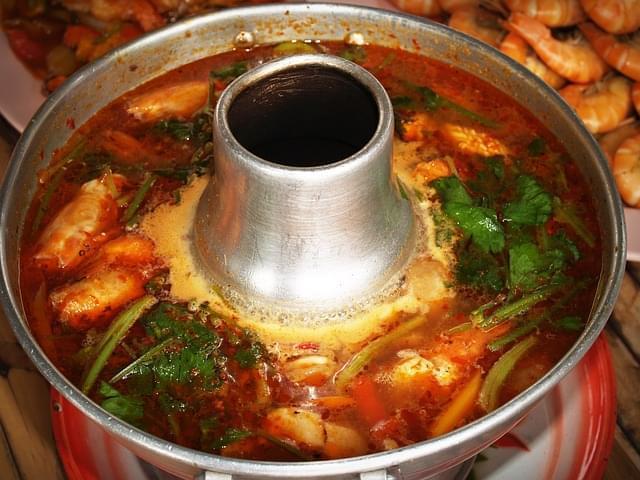 cibo tailandese con zuppa di shrim 1