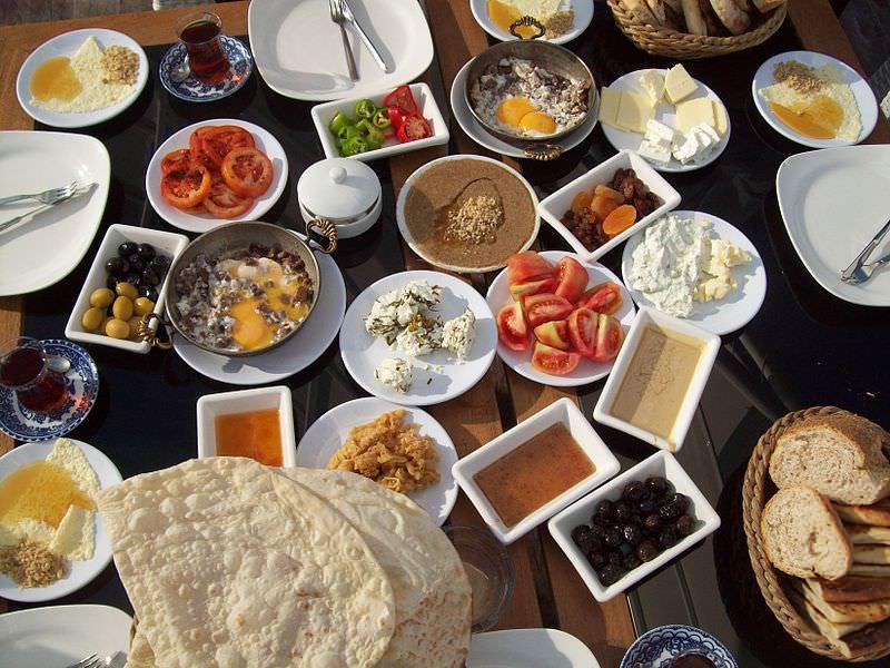 la tipica colazione turca e sostanziosa e variegata