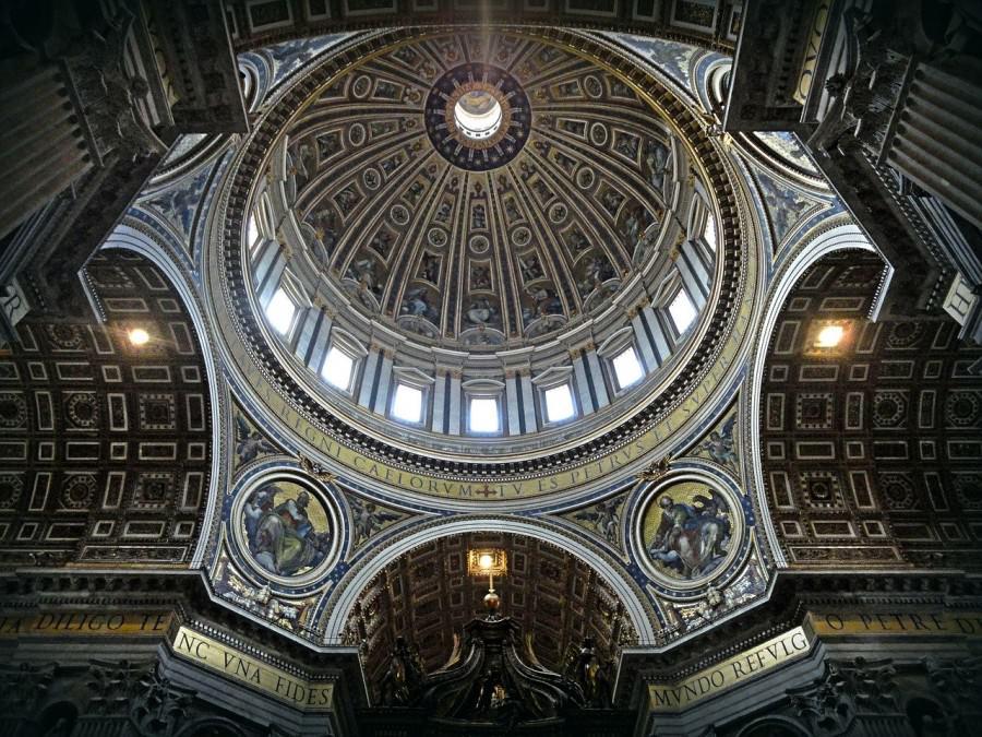la cupola della basilica di san pietro al vaticano illuminata di notte