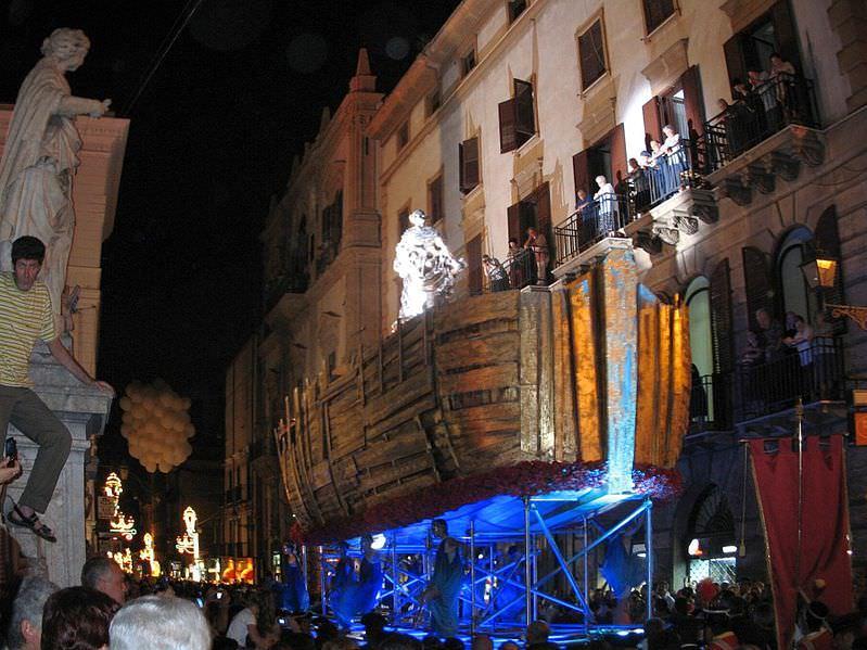 carro di santa rosalia in processione ai quattro canti