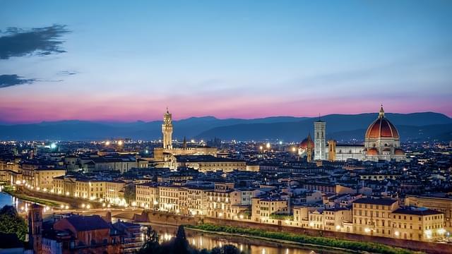 Panorama di Firenze illuminata di sera