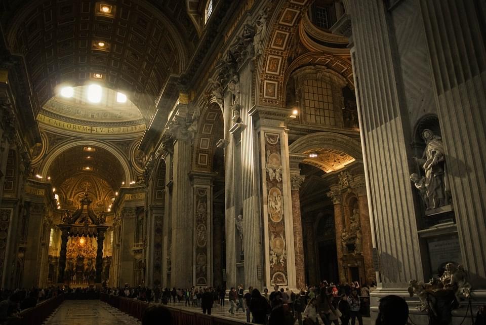 gli interni della basilica, dalla capienza record