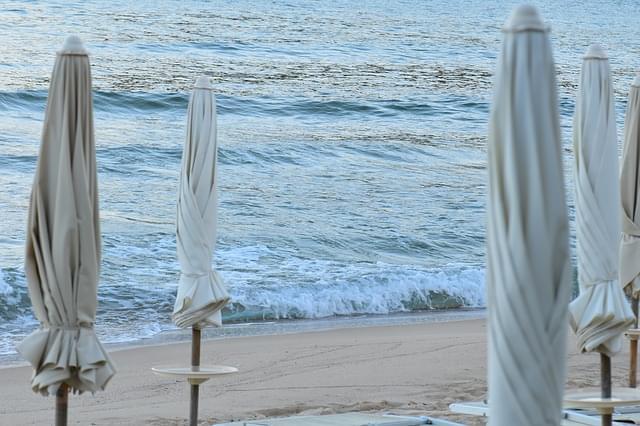 ombrelloni chiusi in spiaggia