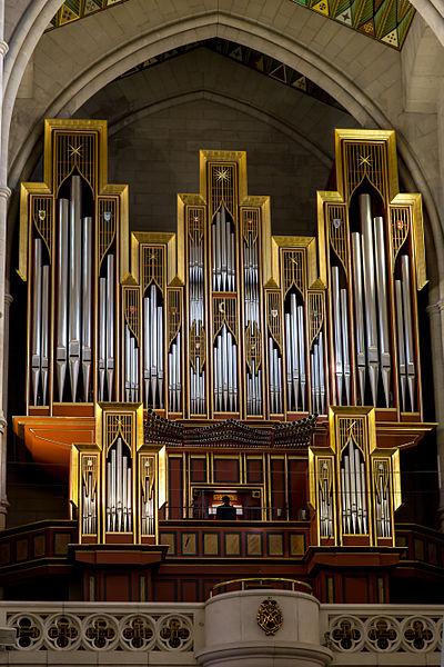 l organo all interno della cattedrale, realizzato da gerhard grenzing