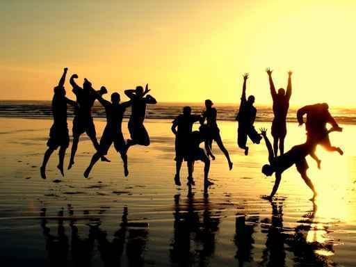 Ragazzi in spiaggia al tramonto