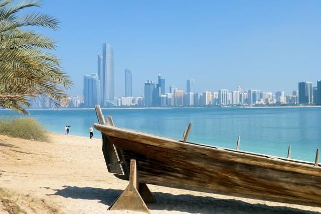 Imbarcazione in legno sulla spiaggia di Dubai Marina