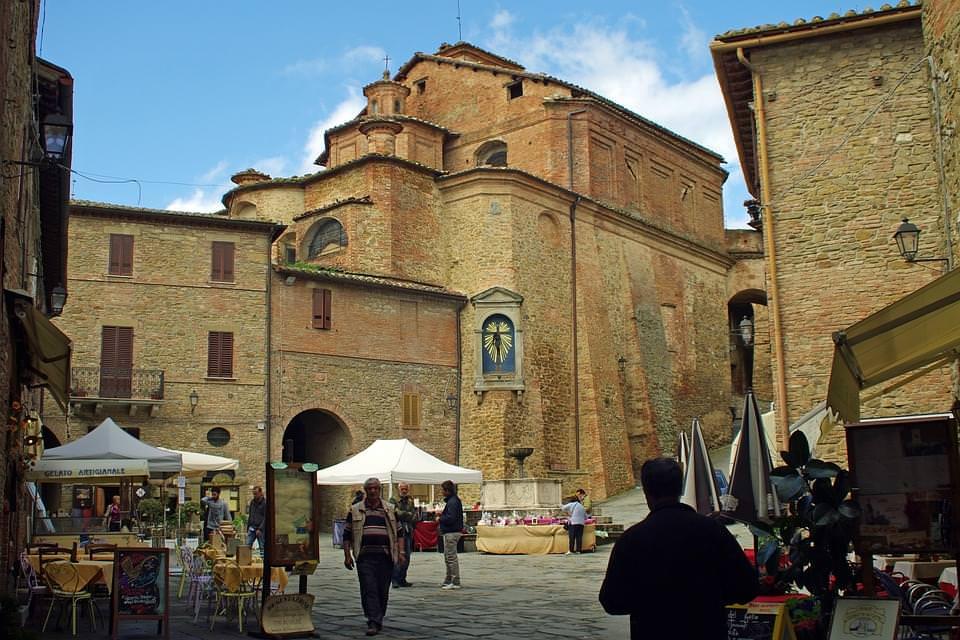 mercatini e locali per le strade di perugia