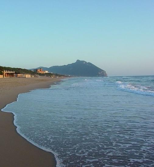 monte circeo visto dalla spiaggia di sabaudia