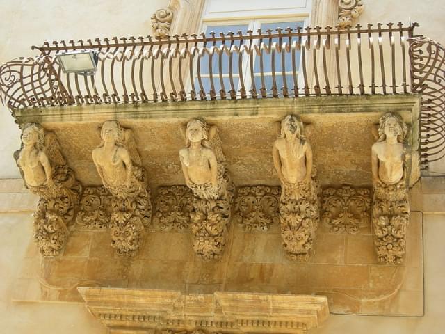 dettaglio balconi di palazzo nicolaci a noto