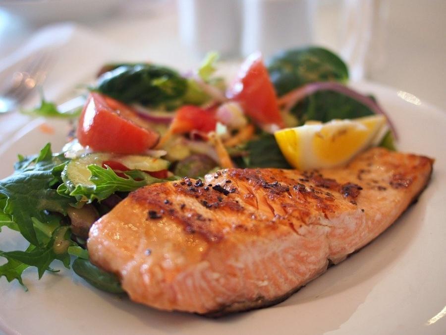 il grilled organic salmon, quando il salmone incontra le verdure