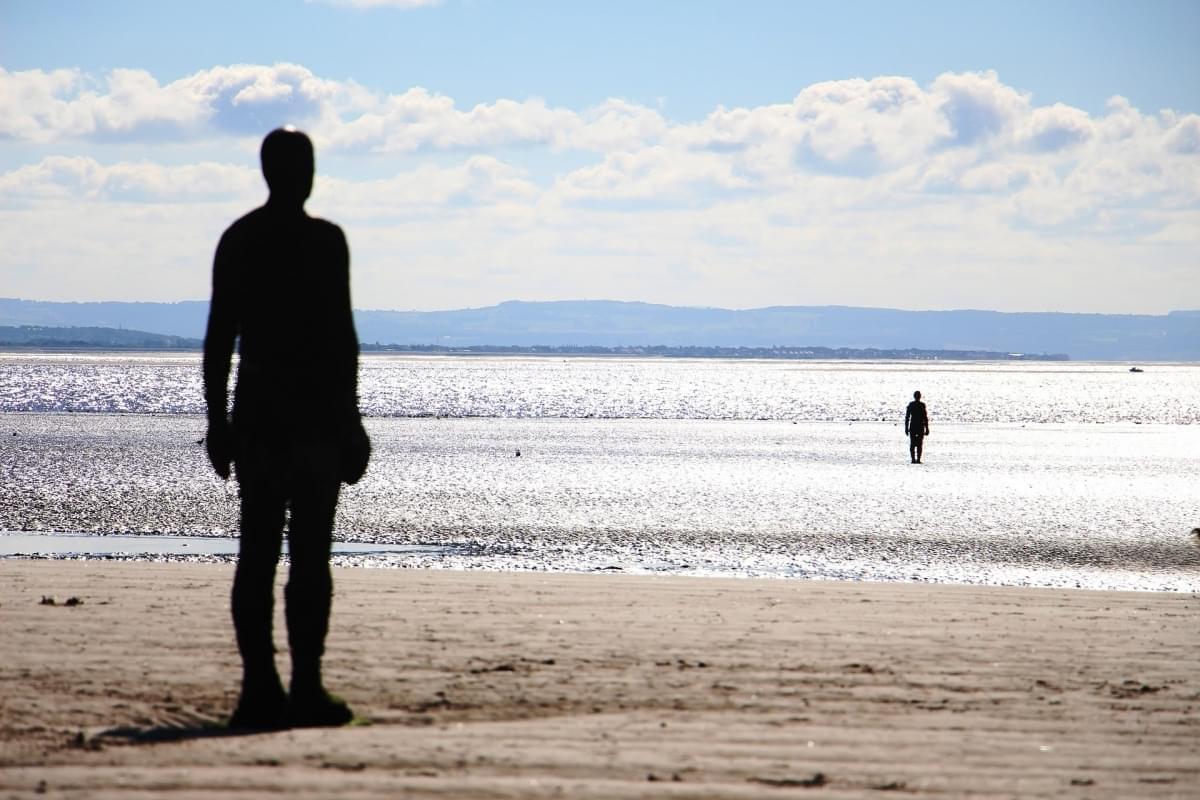 spiaggia con statue liverpool