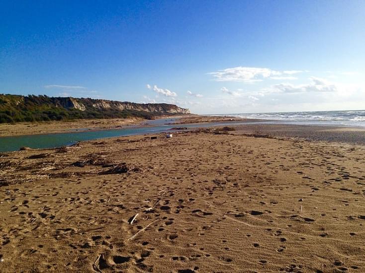 spiaggia foce del fiume platani