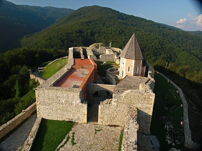 si gode una vista mozzafiato dalla fortezza medievale di medvedgrad