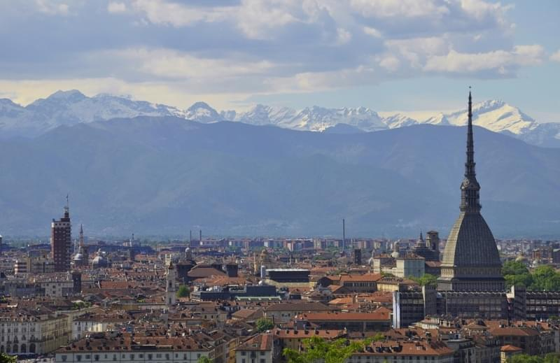 Panorama di torino dall alto con sfondo sulle cime innevate