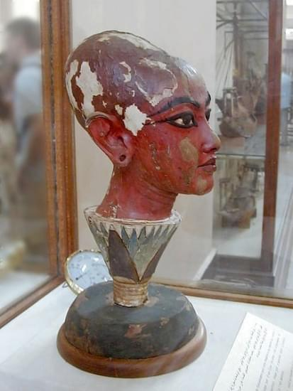 tutankhamun come nefertum emerge da un fiore di loto