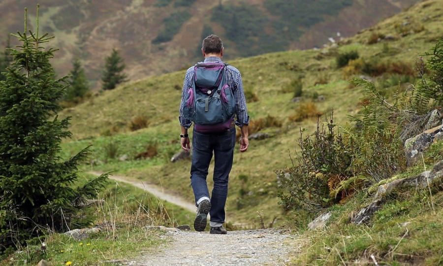 Uomo durante una escursione1