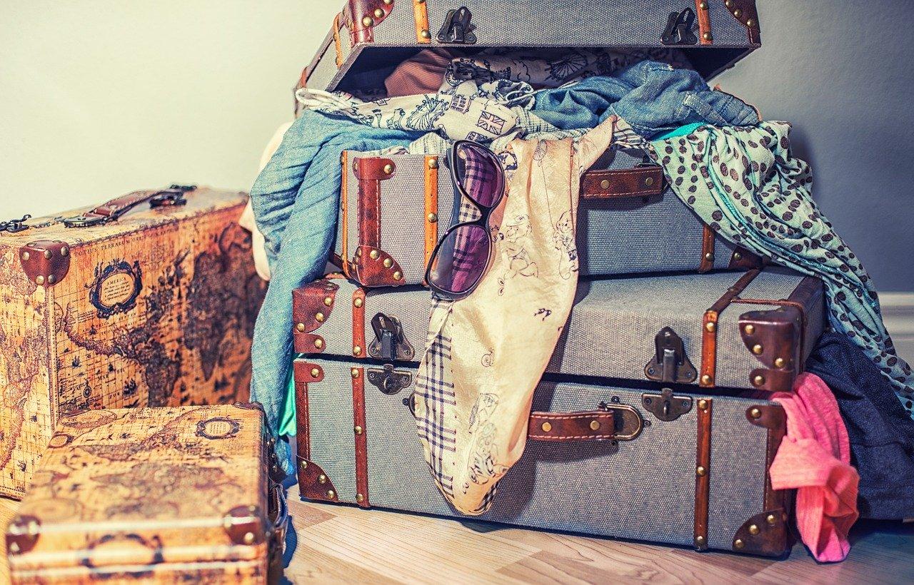 Donna prepara la valigia