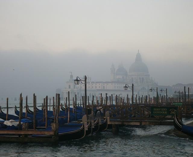 venezia nebbia gondole mattina 1